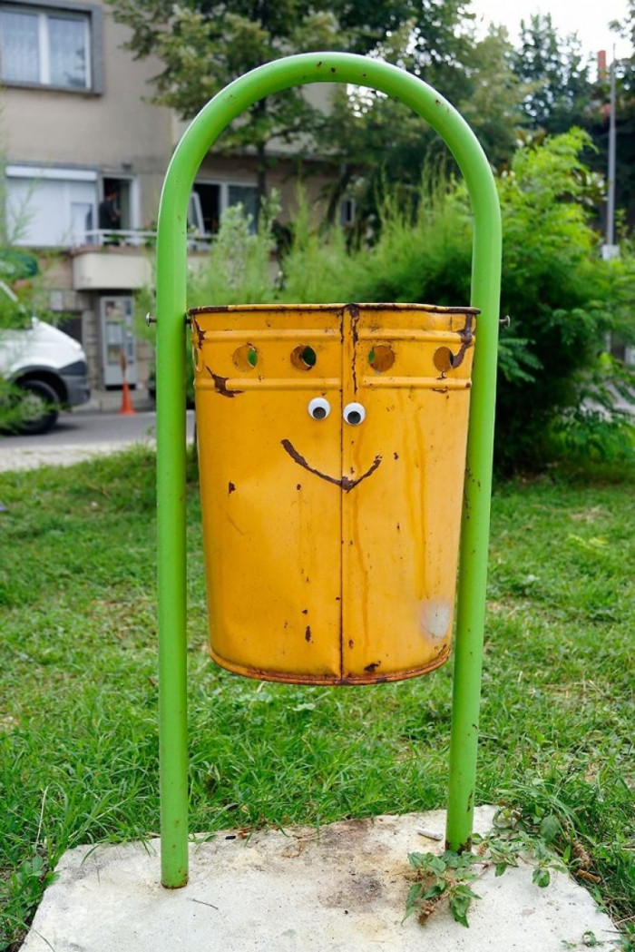 15. This is one happy trash bin.
