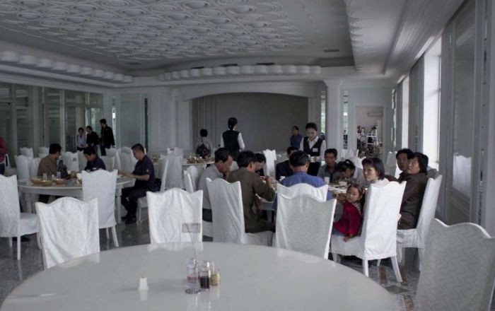 This is a new restaurant in the center of Pyongyang. It only costs the equivalent of a few Euros to eat there, yet only the wealthy in North Korea can afford it.