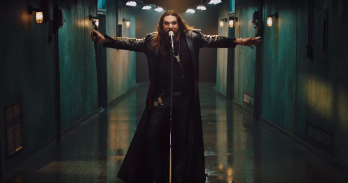 The character takes off its hood and Jason Momoa shows his face.