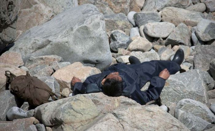 This man was seen resting on the rocks near the shore in Chilbo. It's a town right near the ocean, and also home to Mount Chilbosan.